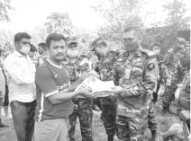 বান্দরবানে অগ্নিকান্ডে ক্ষতিগ্রস্তদের পাশে সেনাবাহিনী
