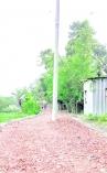 রাস্তার মধ্যে বৈদ্যুতিক খুঁটি রেখে নির্মাণকাজ